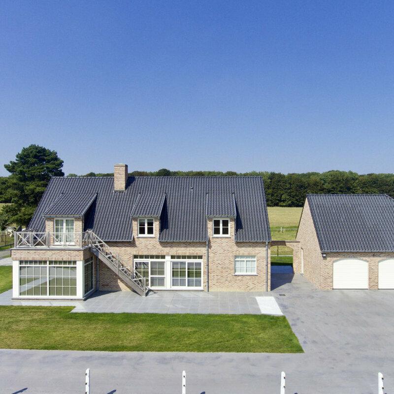 woning in landelijke stijl met dakterras en grote ramen