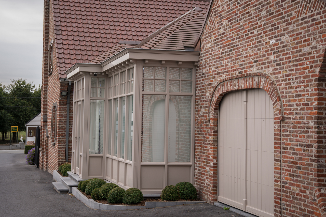 Aanbouw van moderne veranda bij klassieke woning