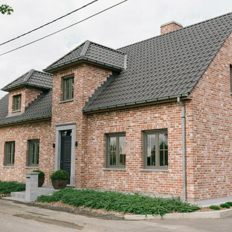 Landelijke woning met deuromlijsting in Belgische blauwe steen